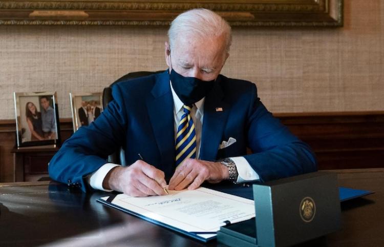 Biden dice que red de Oleoductos Colonial se reinició pero puede tener contratiempos