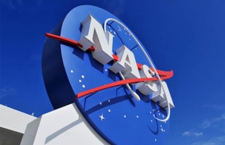 En aniversario de vuelo de Gagarin, la NASA firma acuerdo para llevar a civil al espacio