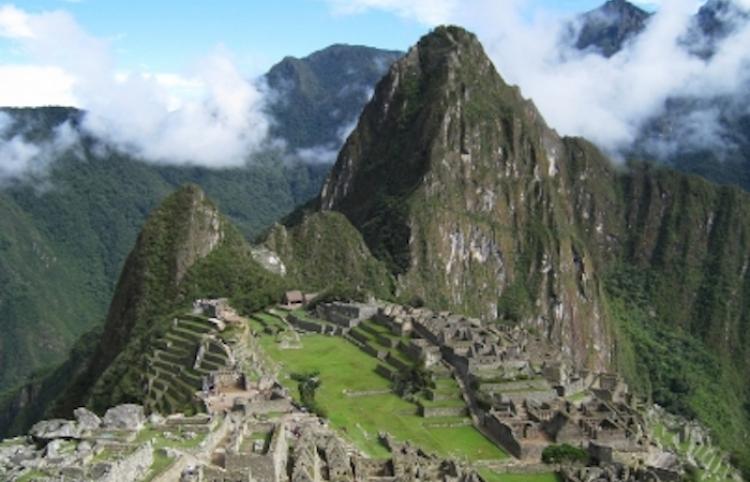 Perú vacuna a pobladores de Machu Picchu para reactivar turismo