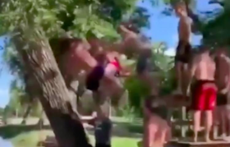 Hombres se divierten al subirse todos a una soga